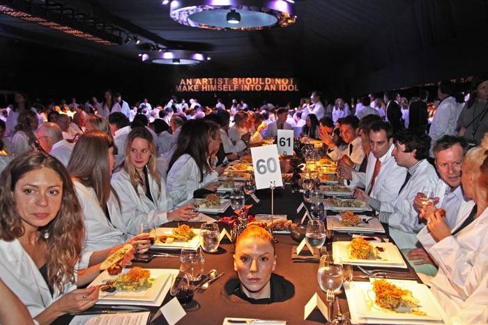 """Em 2011, Marina Abramovic promoveu um sinistro jantar """"O Artista Está Presente"""" no Museu de Arte Contemporânea em Los Angeles. Você tem estômago para ver essas fotos?"""